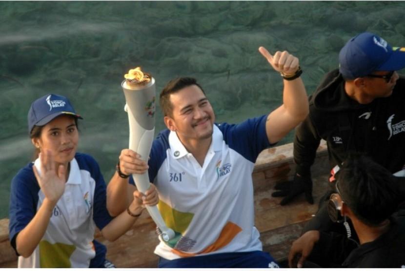Mario Lawalata membawa obor Asian Games 2018.
