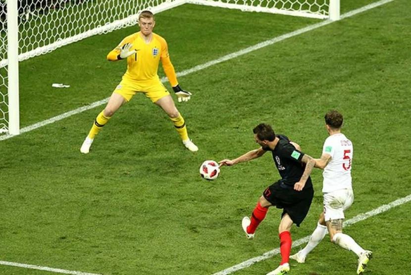 Mario Mandzukic saat membobol gawang timnas Inggris pada laga semifinal Piala Dunia 2018 di Stadion Luzhniki Moskow, Kamis (12/7). Gol Mandzukic pada menit ke 107 memastikan kemenangan 2-1 Kroasia dan memastikan langkah mereka ke final.