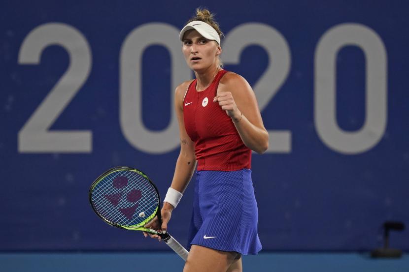 Marketa Vondrousova, dari Republik Ceko, bereaksi setelah memenangkan poin dari Naomi Osaka, dari Jepang, selama putaran ketiga kompetisi tenis di Olimpiade Musim Panas 2020, Selasa, 27 Juli 2021, di Tokyo, Jepang.