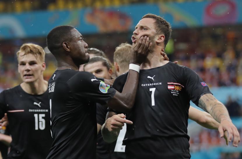 Marko Arnautovic (kanan) dari Austria merayakan gol dengan rekan setimnya David Alaba selama pertandingan penyisihan Grup C Euro 2020 antara Austria dan Makedonia Utara di Bucharest, Rumania, 13 Juni 2021.