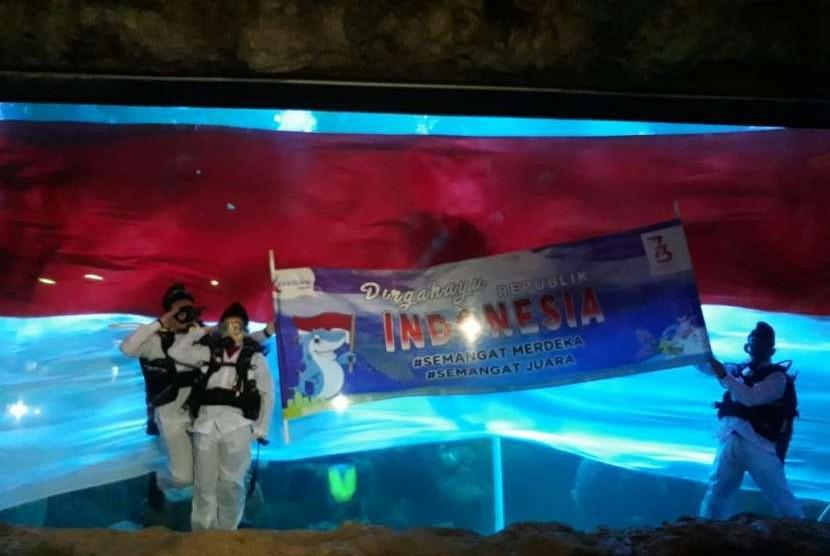 Marsha Aruan, figur publik yang dilibatkan pada prosesi pengibaran bendera merah putih bawah air untuk memperingati Hari Kemerdekaan RI ke-73 di Seaworld Ancol.