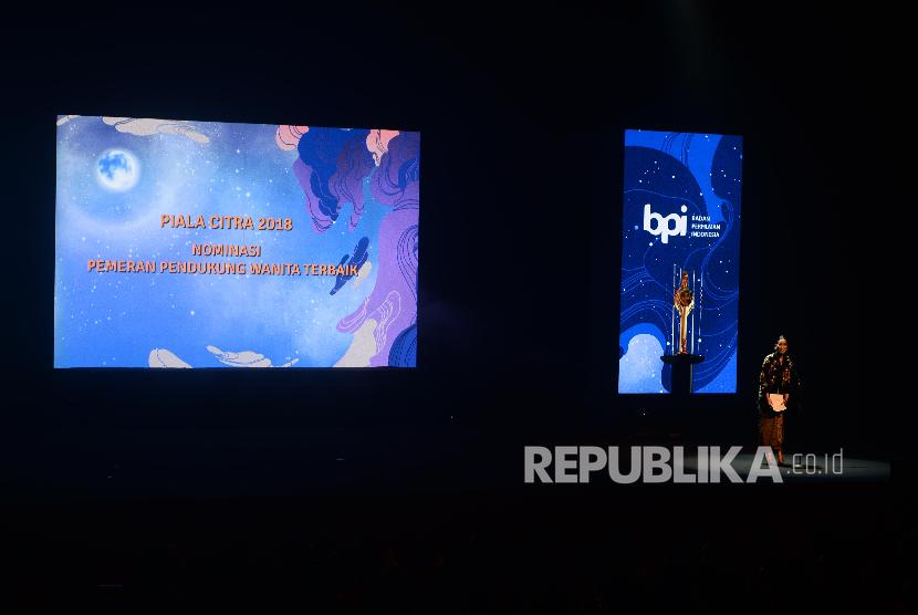 Marsha Timothy membacakan nominasi pemeran pendukung wanita terbaik dalam acara Festival Film Indonesia di Taman Ismail Marzuki, Jakarta, Ahad, (9/12) malam. Piala Citra tahun ini akan memberikan anugerah kepada 22 kategori di bidang perfilman Indonesia.