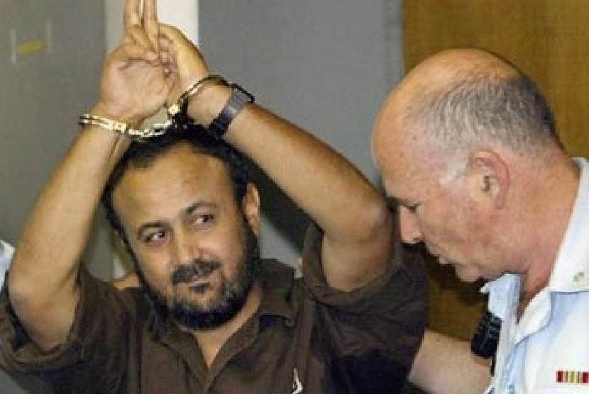 Marwan Barghouti (tangan diborgol) dikawal aparat keamanan Zionis Israel.