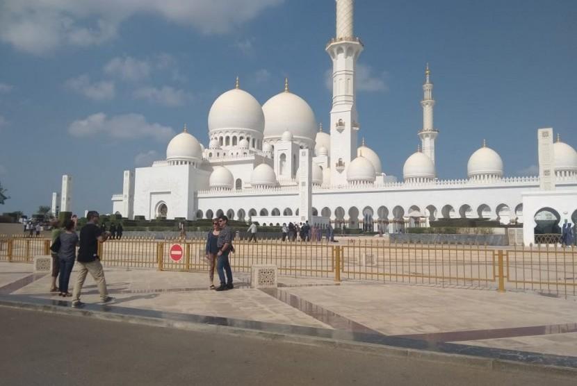 (Ilustrasi) Masjid Agung Shaikh Zayed terletak di ibu kota UEA, Abu Dhabi. Di kota itulah, pada 25-27 April 2019 digelar Festival Toleransi dan Budaya Islam. Acara itu disponsori oleh Organisasi Kerjasama Islam (OKI)