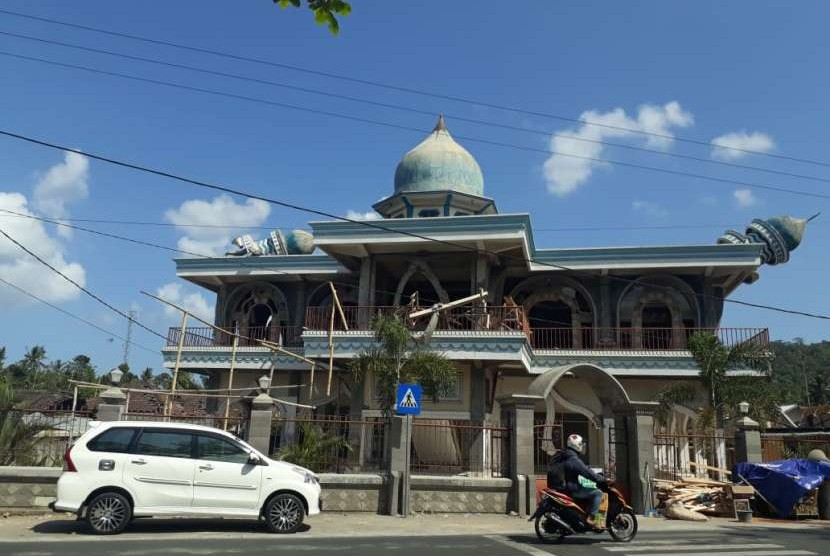 Masjid Al Abror di Dusun Wadon, Desa Kekait, Kecamatan Gunungsari, Kabupaten Lombok Barat, NTB, yang rusak akibat gempa.