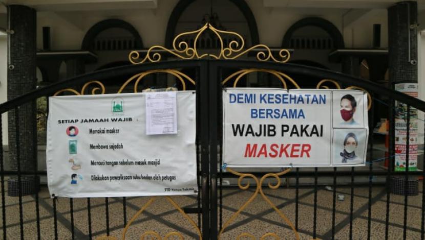 Masjid Al-Waqar di Tlogomas, Lowokwaru, Kota Malang, ditutup sementara, Senin (17/5).