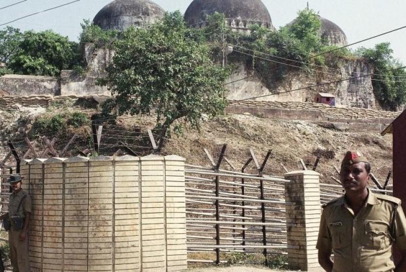 Masjid Babri di Ayodhya, India yang sejak lama menjadi sengketa antara Muslim dan Hindu.