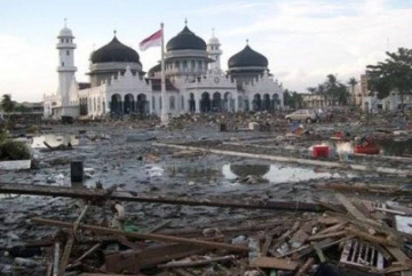 Masjid Baiturrahman Banda Aceh usai diterjang gempa dan tsunami 2004