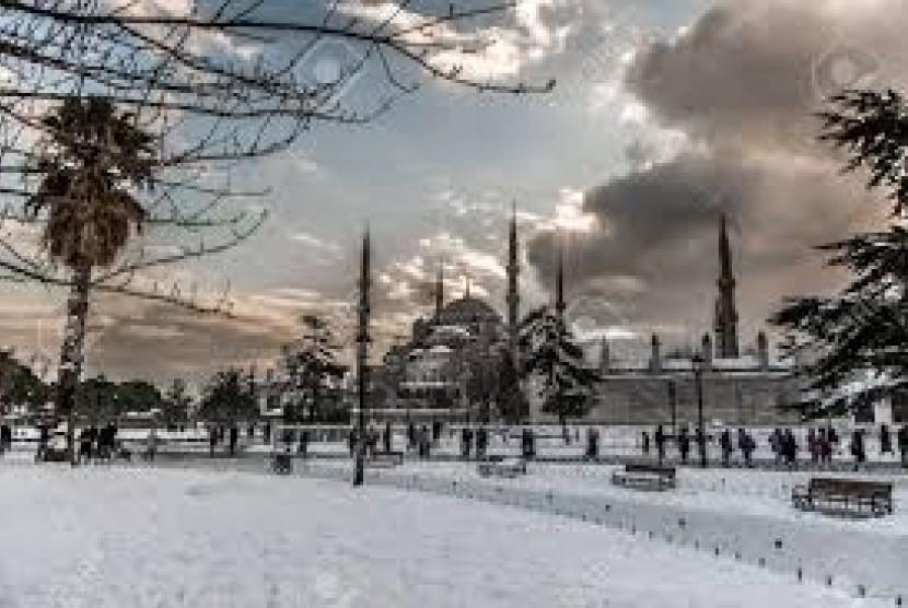 Masjid Biru di Istanbul Turki pada musim dingin bersalju
