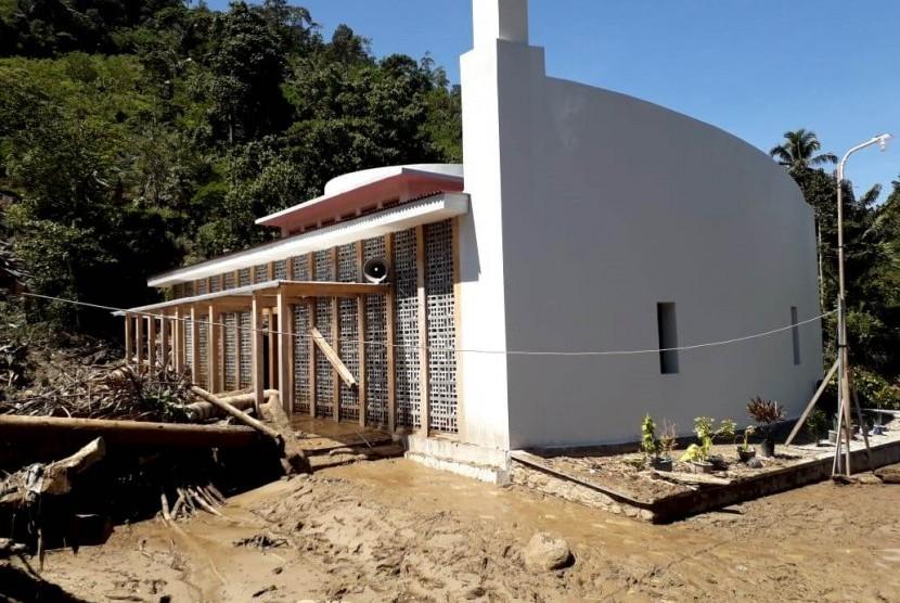 Masjid Daarul Qur'an yang terletak di Dusun Sadaunta, Kulawi, Sigi, Sulawesi Tengah diterjang banjir bandang, Rabu (14/8).