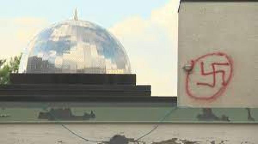Masjid di Edmonton timur Kanada di pasawngi simbol rasis Swasitika Nazi.