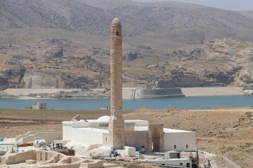 Restorasi Masjid Berusia 612 Tahun di Turki Hampir Selesai. Masjid Er Rizk di distrik Hasankeyf, tenggara Turki Batman, saat ini sedang direnovasi karena dilakukan relokasi. Masjid yang berusia 612 tahun ini dipindahkan dari lokasi aslinya karena ada pembangunan Bendungan Ilisu dan pembangkit listrik tenaga air.