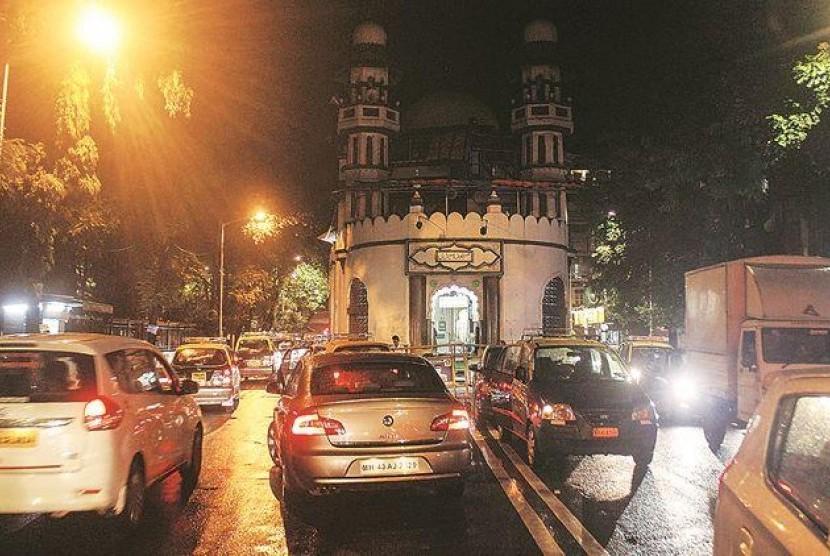 Masjid Gol, masjid yang letaknya berada di tengah jalan di Mumbai, India