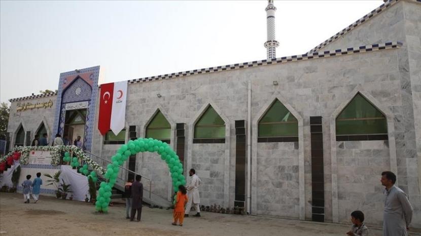 Masjid Hazrat Ibrahim yang dibangun kembali oleh Bulan Sabit Merah Turki.