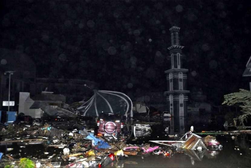 Masjid rata dengan tanah akibat gempa dan tsunami di Palu, Sulawesi Tengah, Sabtu (29/9).