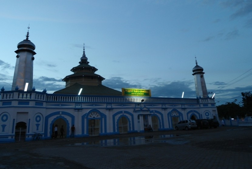 Masjid Raya Ganting di Padang, Sumatra Barat.