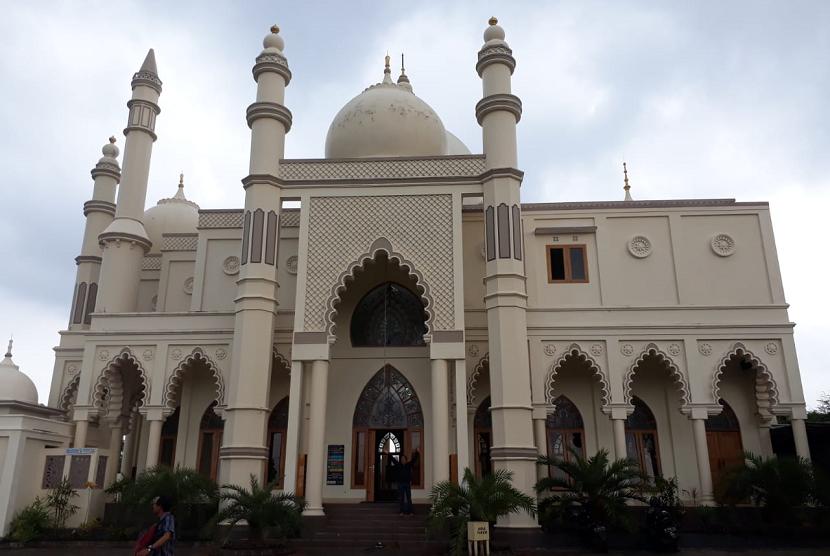 Masjid Salman Alfarisi di Dau Kabupaten Malang disebut-sebut mirip dengan bangunan Taj Mahal di India.
