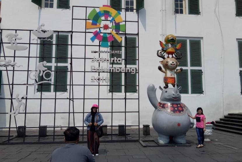 Maskot Asian Games 2018 menjadi salah satu titik favorit berfoto para wisatawan di Kota Tua, Jakarta Barat, Sabtu (16/6).