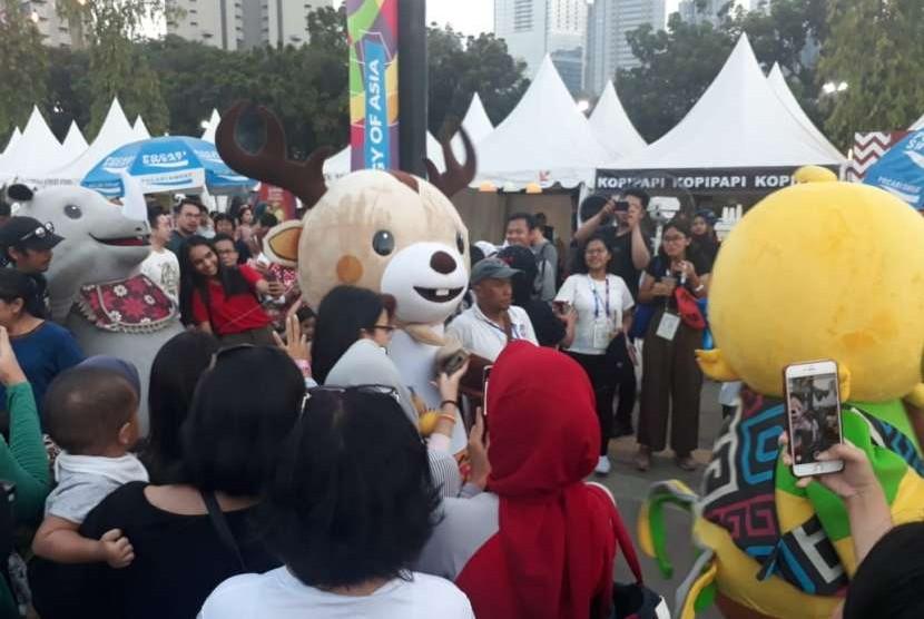 Maskot Asian Games jadi rebutan pengunjung Asian Fest di Stadion GBK, Jumat (31/8).