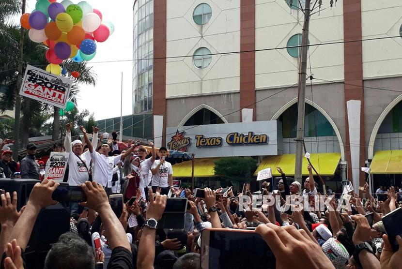 Massa #2019TetapJokowi dan #2019GantiPresiden menggelar deklarasi berbarengan di lokasi yang berdekatan di Medan, Ahad (22/7). Dua kegiatan ini berjalan damai dan tertib.