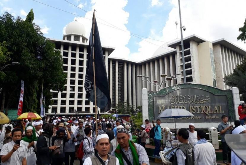 Massa aksi GNPF MUI terkait kasus dugaan penistaan agama dengan terdakwa Basuki Tjahaja Purnama, Jumat (28/4).