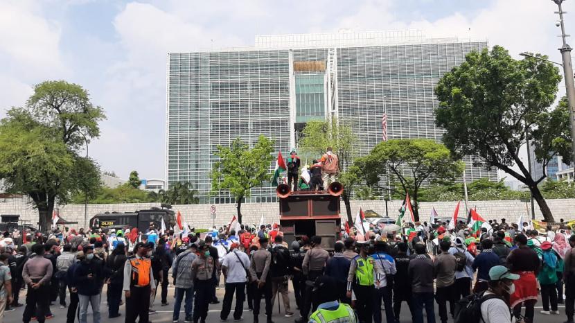 Massa buruh dari KSPI menggelar demonstrasi, yang menuntut agresi militer Israel terhadap Palestina dihentikan, di depan Kedubes Amerika Serikat, Selasa (18/5).