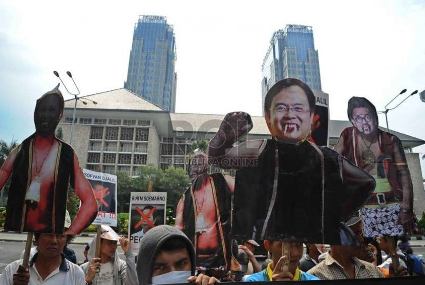 Massa dari Aliansi Mahasiswa dan Rakyat (Amara) membawa wayang saat unjuk rasa menolak kenaikan harga BBM di Jakarta, Kamis (27/11).   (Republika/ Tahta Aidilla)