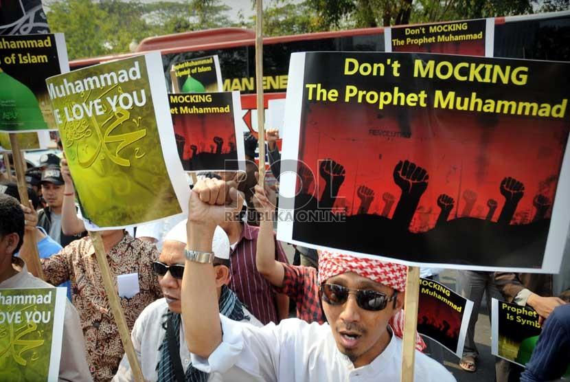 Massa dari Hizbut Tahrir Indonesia berunjuk rasa mengutuk pembuatan film yang menghina Nabi Muhammad SAW di depan Kedubes Amerika Serikat, Jakarta, Jumat (14/9).    (Aditya Pradana Putra/Republika)