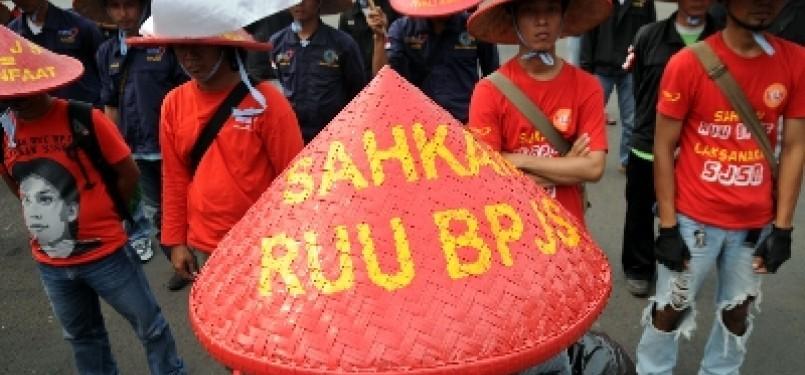 Massa dari Komite Aksi Jaminan Sosial (KAJS) saat berunjukrasa desak disahkanya RUU BPJS di depan gedung DPR, Jakarta, Selasa (24/5).