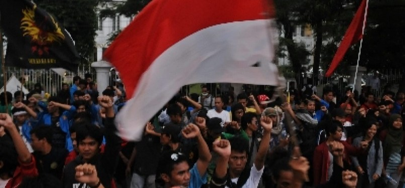 Massa demonstran dari berbagai elemen mahasiswa menggelar aksi unjuk rasa penolakan kenaikan harga BBM pada Rabu (28/3). (ilustrasi)