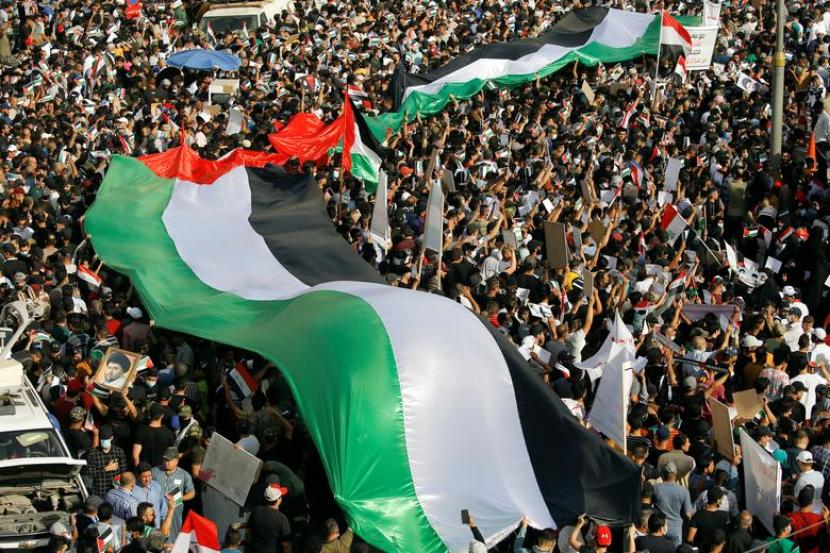 Massa di sejumlah kota di Irak menggelar aksi protes terhadap pengeboman oleh Israel di Jalur Gaza, Palestina, Sabtu (15/5). Massa membakar bendera Israel dan Amerika Serikat.
