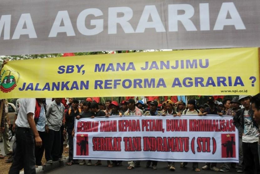 Massa gabungan organisasi dan serikat petani dari berbagai daerah di Indonesia berunjuk rasa memperingati Hari Tani Nasional di depan kantor Badan Pertanahan Nasional, Jakarta, Senin (24/9)