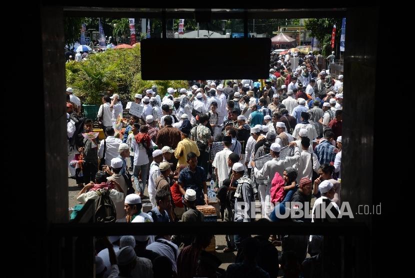 Massa Gerakan Nasional Pengawal Fatwa (GNPF) Majelis Ulama Indonesia (MUI) melakukan aksi pada Jumat (28/4).