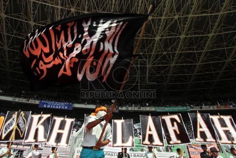 Massa Hizbut Tahrir Indonesia (HTI) mengikuti puncak acara Muktamar Khilafah 2013 di Stadion Gelora Bung Karno, Jakarta, Ahad (2/6).