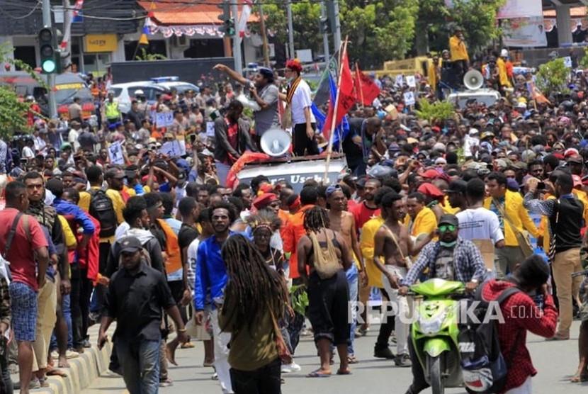 Massa melakukan aksi di Jayapura, Senin (19/8). Aksi tersebut untuk menyikapi peristiwa yang dialami mahasiswa asal Papua di Surabaya, Malang dan Semarang.