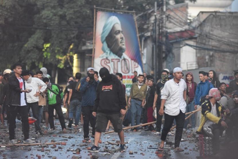 Massa melakukan penyerangan terhadap polisi saat terjadi kerusuhan di Jalan Brigjen Katamso, Slipi, Jakarta, Rabu (22/5/2019).