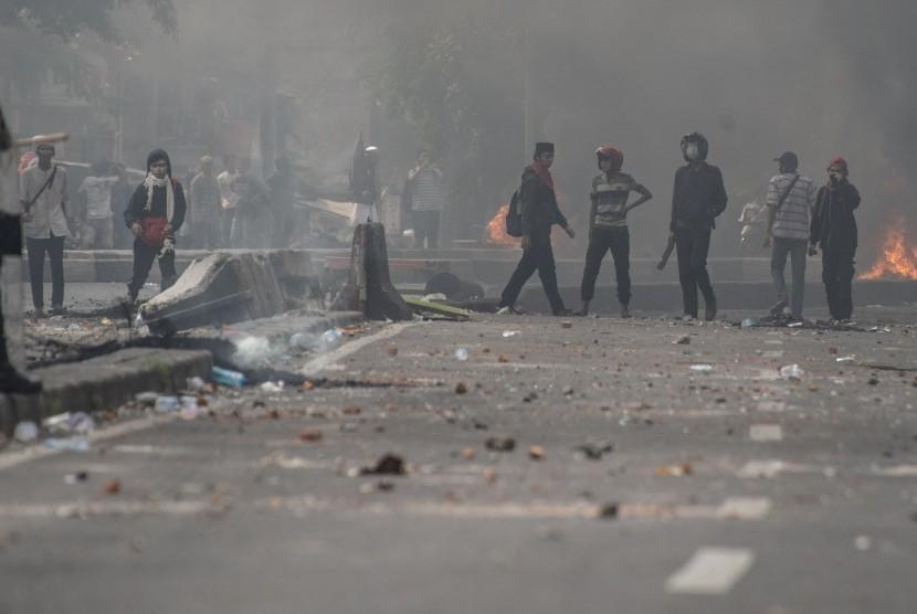 Massa melakukan perlawanan ke arah petugas kepolisian, di Jalan KS Tubun, Jakarta, Rabu (22/5/2019).