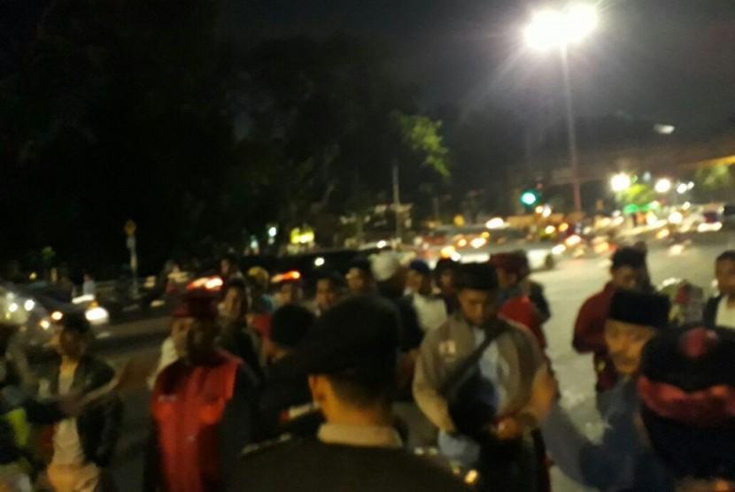Massa mengepung kantor YLBHI, Menteng, Jakarta, Senin (18/9) dinihari WIB.