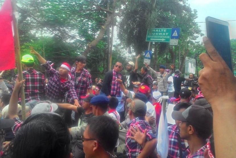 Massa pendukung Ahok bereaksi usai pembacaan keputusan sidang kasus penistaan agama atas terdakwa Basuki Tjahaja Purnama di Kementerian Pertanian, Jakarta, Selasa (9/5).