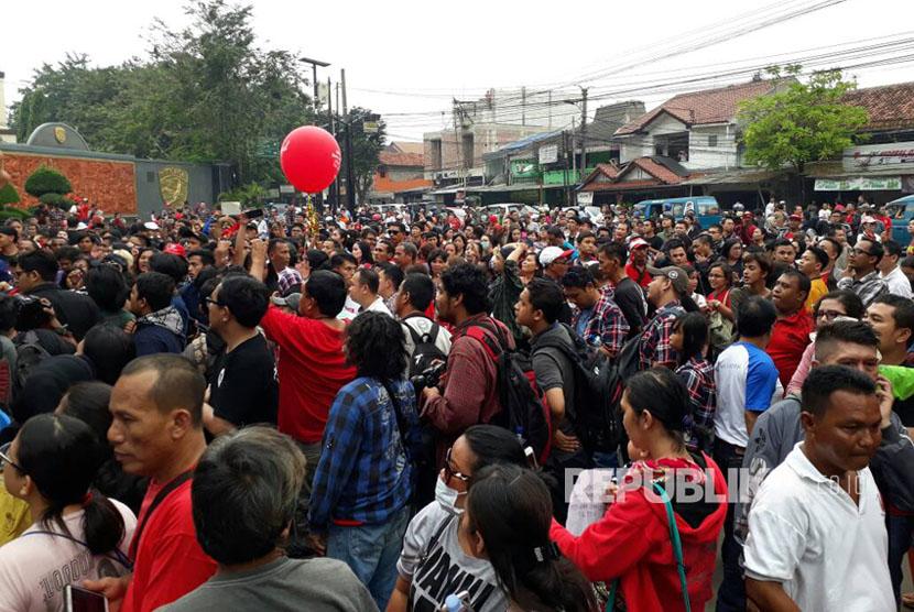 Massa pendukung Ahok berkumpul di depan gerbang Mako Brimob Kelapa Dua, Depok, Jawa Barat, Kamis (11/5).