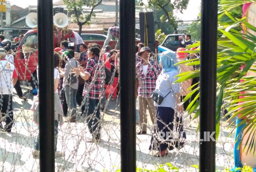 Massa Pendukung Ahok kembali gelar aksi di depan Gedung Pengadilan Tinggi DKI Jakarta Jalan Letjen Suprapto Cempaka Putih Jakarta Pusat, Jum'at (12/5).