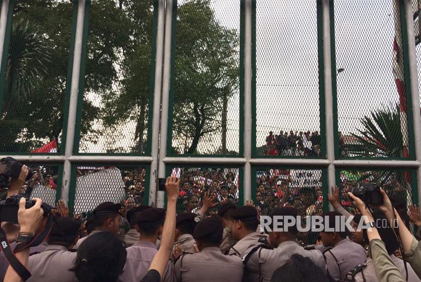 Massa pendukung Ahok mulai anarkis dengan mendorong gerbang LP Cipinang agar Ahok dikeluarkan dari LP.