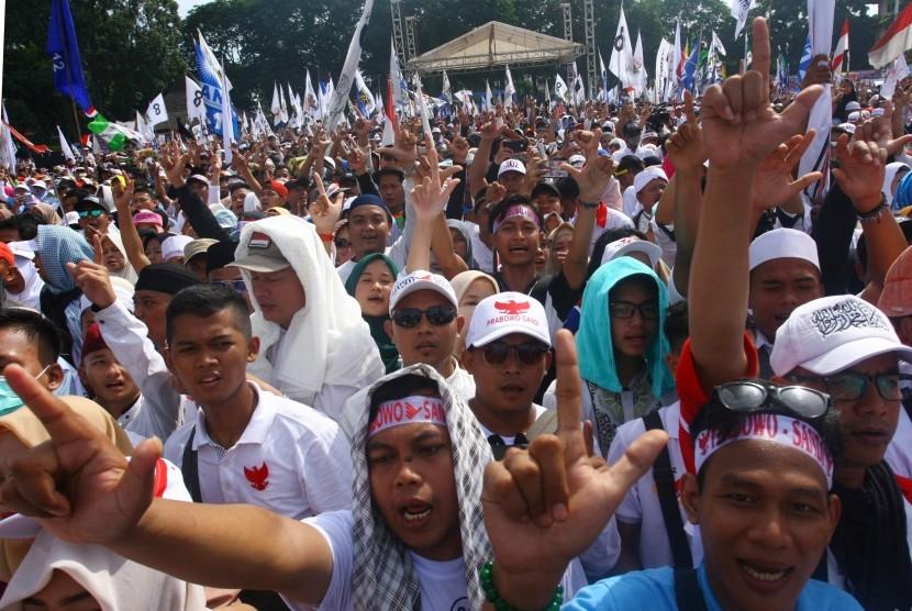 Massa pendukung capres-cawapres nomor urut 02 Prabowo-Sandi menghadiri kampaye terbuka terakhir di Alun- Alun Kota Tangerang, Banten, Sabtu (13/4/2019)