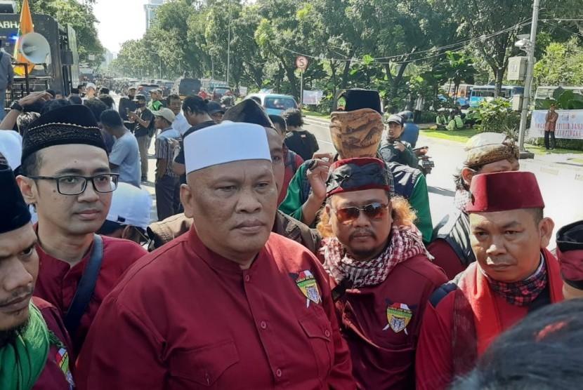 Massa pendukung Gubernur DKI Jakarta Anies Baswedan berkumpul dan berorasi di depan Balai Kota Jakarta, Jalan Merdeka Selatan, Gambir, Jakarta Pusat, Selasa (14/1).