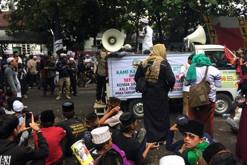Massa pendukung Habib Bahar bin Smith melakukan orasi di depan Gedung Perpustakaan dan Arsip Kota Bandung, Rabu (6/3). Massa melakukan aksi untuk mengawal jalannya sidang kedua Habib Bahar.