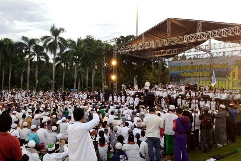Massa reuni aksi 212 di Lapangan Monas, Jakarta, Sabtu (2/12).