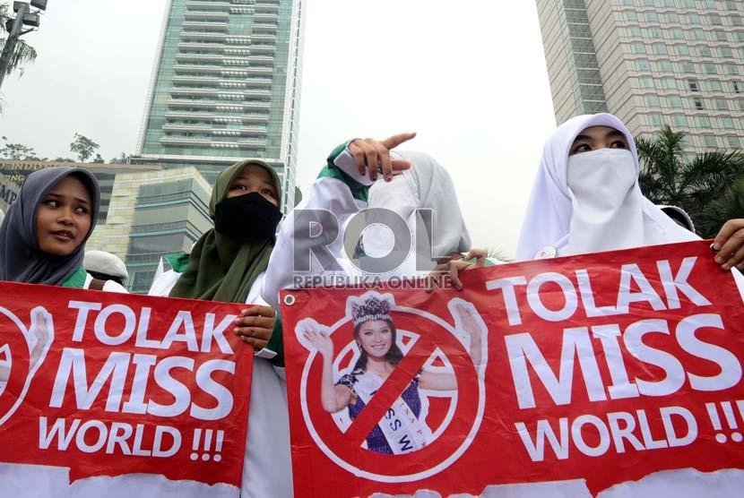 Massa simpatisan dari berbagai ormas Islam melakukan aksi menolak kontes Miss World di Bundaran HI, Jakarta, Selasa (3/9).  (Republika/ Tahta Aidilla)