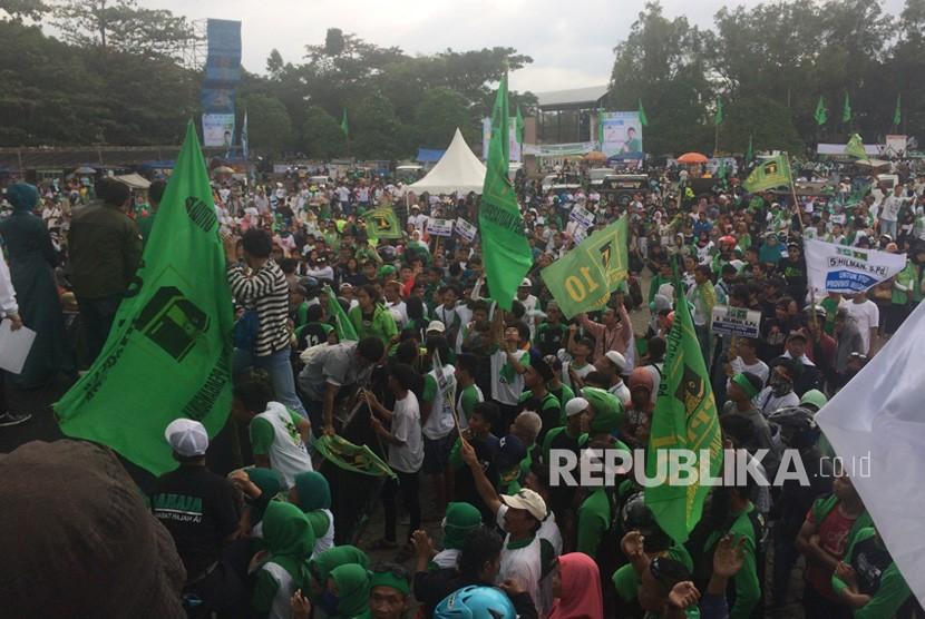 Massa simpatisan PPP memadati Lapangan Dadaha, Kota Tasikmalaya,  Jumat (12/4).