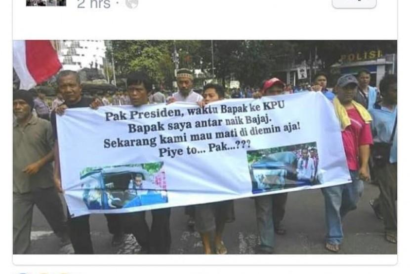 Massa sopir bajaj mendemo Presiden Jokowi yang dinilai ingkar janji atas nasib sopir.