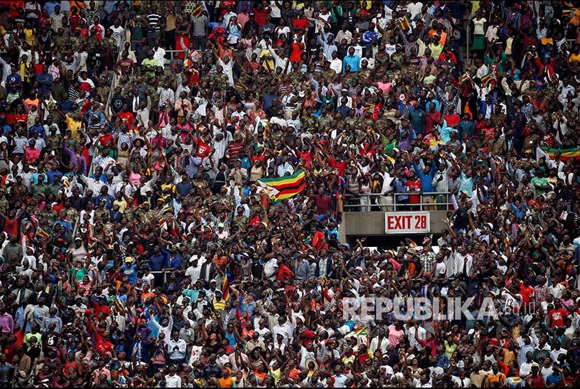Massa yang menghadiri prosesi pelantikan Emmerson Mnangagwa  sebagai presiden di Harare, Zimbabwe, Jumat (24/11).